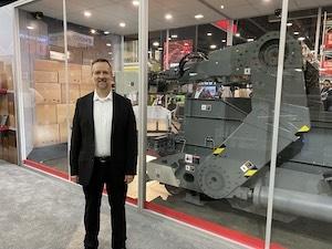 <p>马特威克斯,首席机器人解决方案架构师在机器人卡车卸货机前面<p>