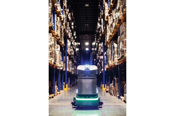使用移动擦地板机器人解决方案可以实现自动清洁操作,为DSV节省了数百小时的劳动力